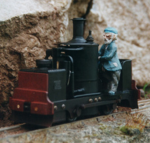 Dewinton vertical boiler model locomotive. Colin Binnie`s garden railway